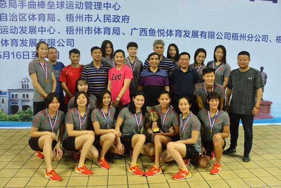 第一名——湖南队全体队员与颁奖嘉宾合影留念(黄培成摄)