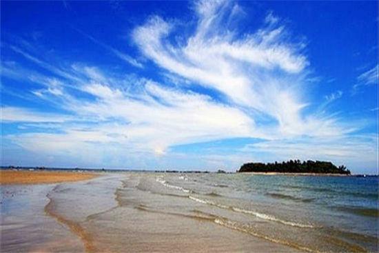 蝴蝶岛涨潮时成为海岛,退潮时与大陆相连,可步行到蝴蝶岛上观光、游玩 图:新浪图库