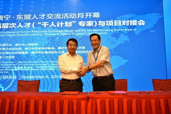 中国科学院院士、西北工业大学常务副校长黄维与南宁市高新区现场签署项目合作协议。周家志 摄