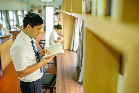 正在看书的职工(李勇摄)