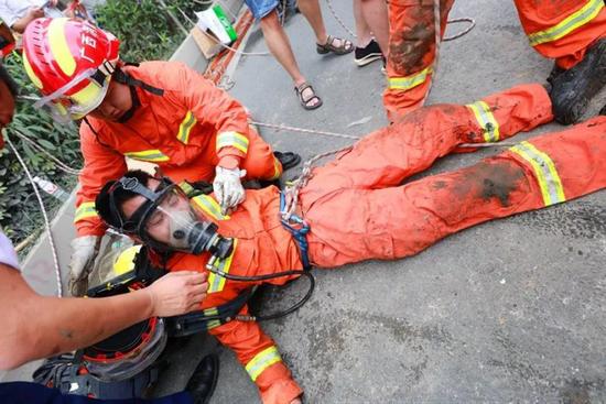 第4次搜救未果上来后,他实在太累了……图片来源:南宁消防