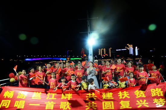 旅发公司工与六律村贫困户合唱歌曲《我和我的祖国》 陈梓予/摄