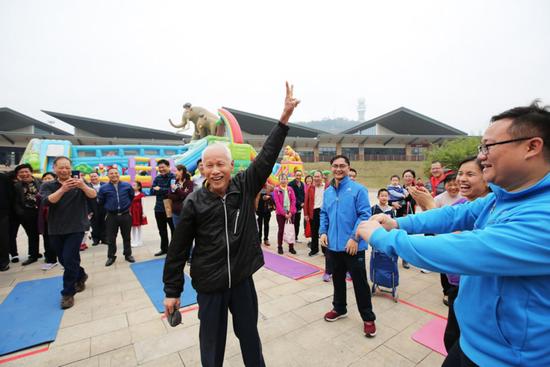 往年春节公益活动中,在南宁市李宁体育园参与体育趣味挑战项目的市民。(资料图)