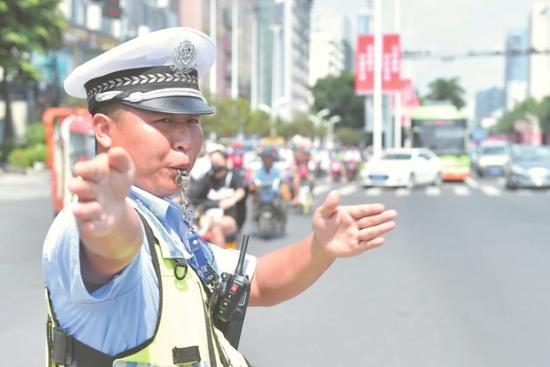 民警上路疏导交通