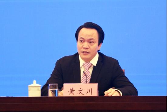 自治区发展改革委党组成员、副主任黄文川在新闻发布会上回答提问。