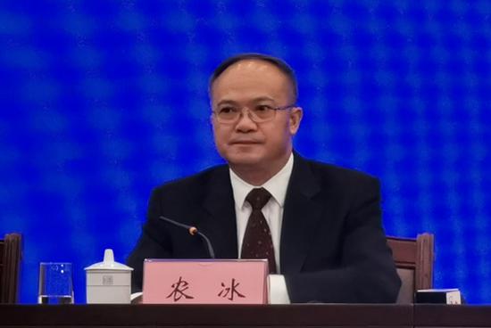 自治区发展改革委党组成员、副主任农冰在新闻发布会上回答记者提问。