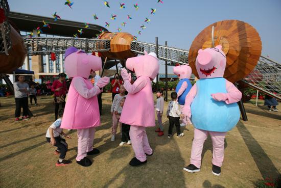 卡通人物成为李宁体育园春节公益活动的标配,深受市民喜爱。(资料图)