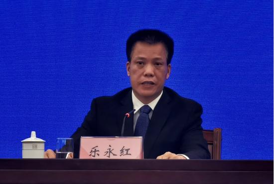 自治区人力资源社会保障厅党组成员、副厅长乐永红在新闻发布会上回答提问。