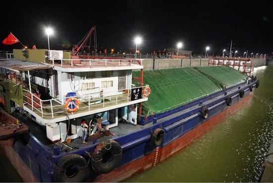 西江航运干线贵港航运枢纽船闸船舶过闸实现平稳有序收费