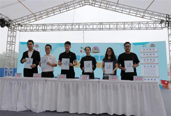 企业商家代表签订《2019南宁消费购物节企业诚信经营承诺书》