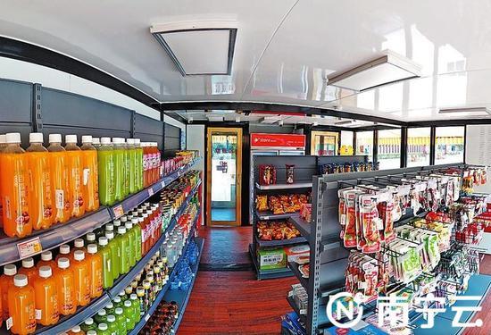 无人便利店里的商品多为小吃与饮料类,虽有监控,还是遭遇过偷吃、盗窃