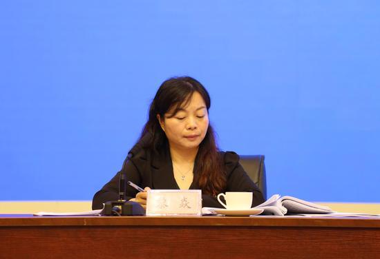 南宁市委组织部部务会成员、市委人才办主任黎焱 主持发布会