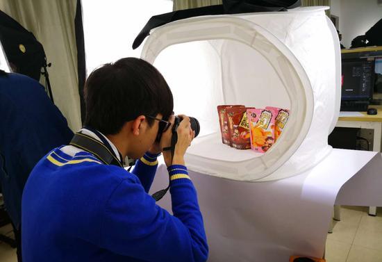 选手拍摄产品图 图:广西物资学校