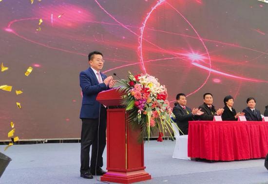 贵港市委常委、桂平市委书记韦庆强宣布首届中国•桂平(木乐)国际文化旅游休闲运动服装节开幕。