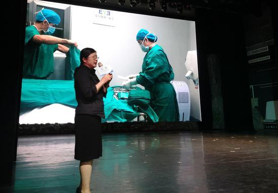 南宁爱尔眼科医院曹珊副院长讲解手术开展过程