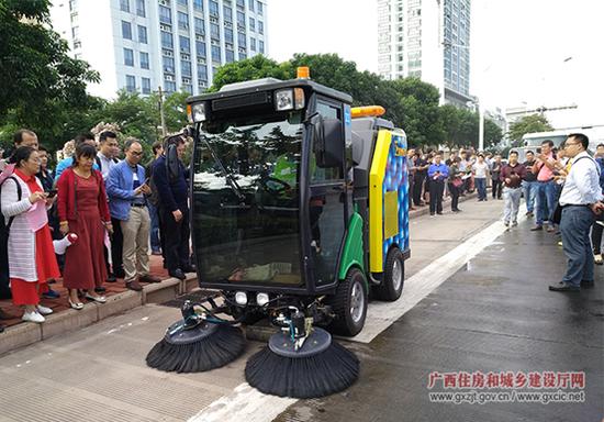 与会代表参观人行道清洗车作业展示