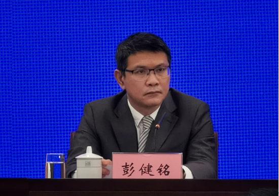 自治区工业和信息化厅一级巡视员彭健铭在发布会上回答记者提问