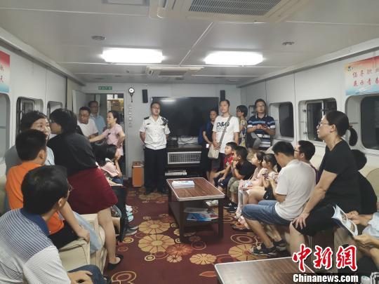 图为海事部门工作人员给民众讲解相关知识。 林馨 摄