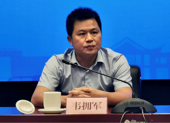 柳州市人民政府副秘书长韦拥军在新闻发布会上回答提问
