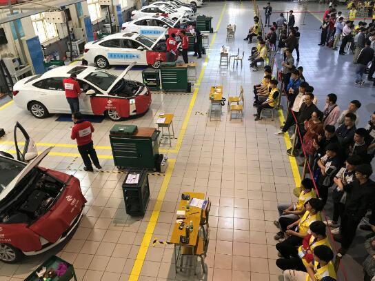 汽车定期维护比赛现场 图:广西物资学校