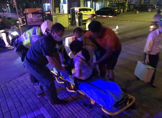 """南宁交警为伤者开启""""绿色通道"""" 省出20分钟救命时间"""