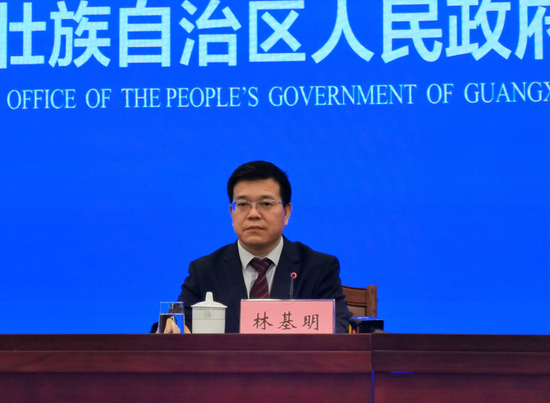 自治区大数据发展局党组成员、副局长林基明在新闻发布会上回答记者提问。