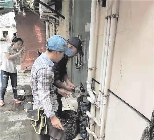执法人员实施断水断电工作(兴宁区供图)