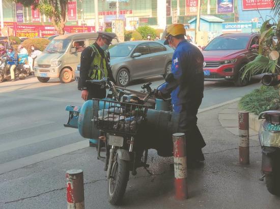 昨日上午10时许,交警在长湖立交桥底对电单车违法行为进行整治见习记者苏昭宇摄