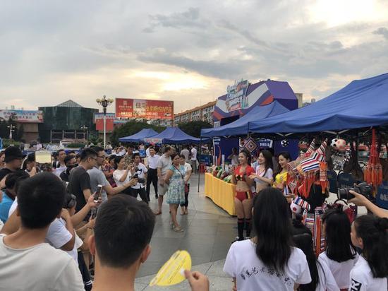 贺州市活动现场吸引众多市民驻足