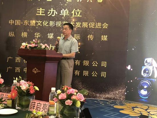 中宣部原办公厅主任薛启亮在电影《敢问情在何处》媒体记者见会上讲话