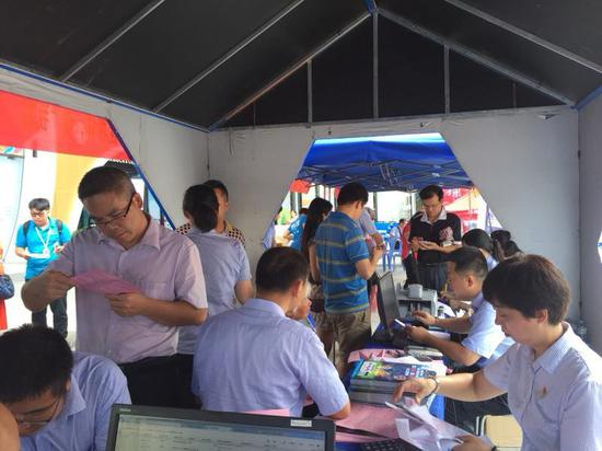 南宁市民在活动现场办理机顶盒业务