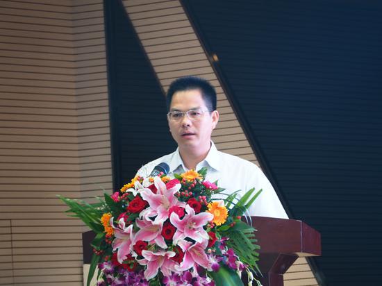 天峨县县委常委、宣传部长、副县长梁昌旺主持本次会议