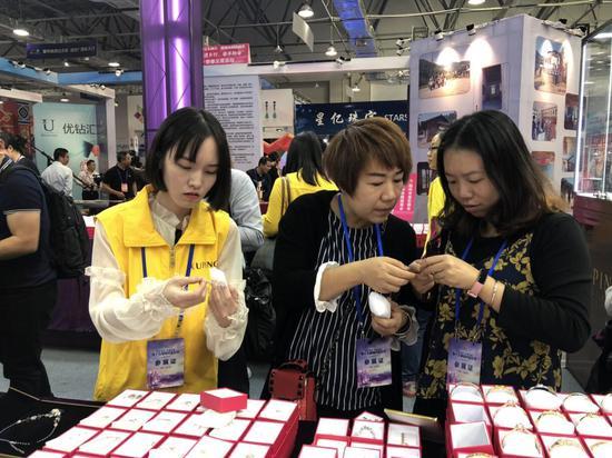梧州宝石名特优产品展销会上大家正在挑选宝石首饰