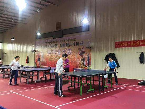 正培运动馆内乒乓球室都是来锻炼的市民