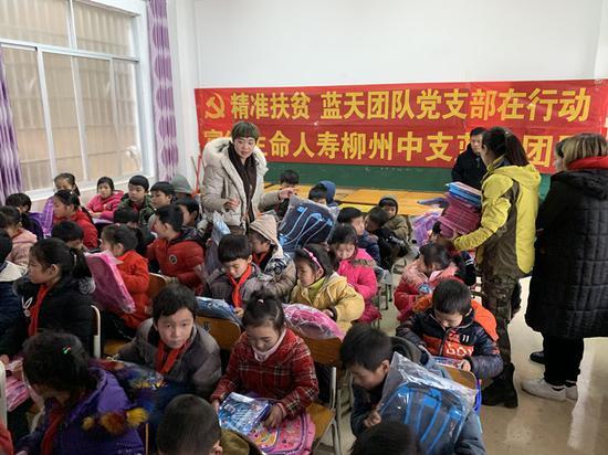富德生命人寿柳州中支赴三江良口进行爱心捐赠