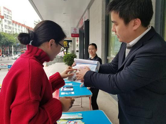 工行员工积极为市民宣传普及金融知识