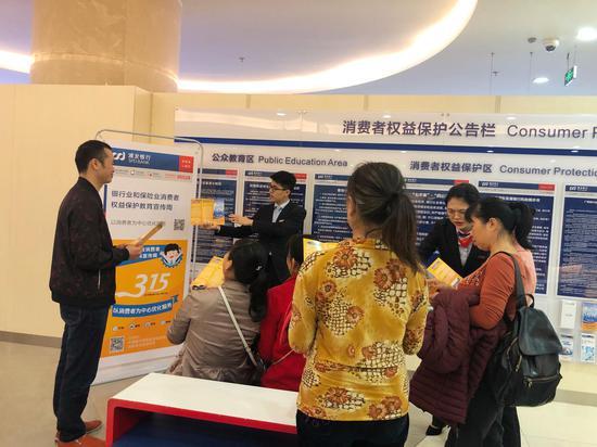 浦发银行南宁分行工作人员向客户讲解金融消费安全知识