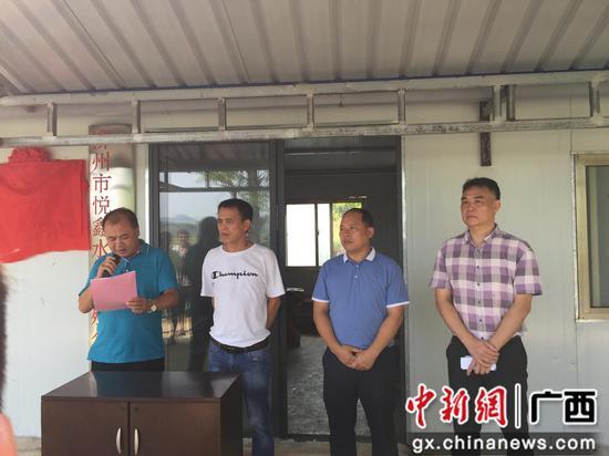 鱼峰区人社局党组书记许成爱在扶贫车间揭牌仪式上讲话