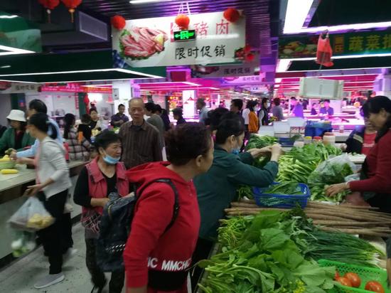 △该农贸市场投入使用,附近一带居民一早来逛逛,人潮涌动