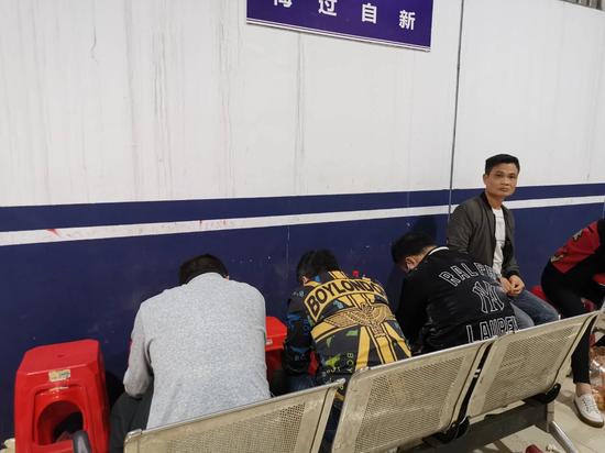 南宁警方突袭一流动赌场 当场控制61人缴获10万元赌资