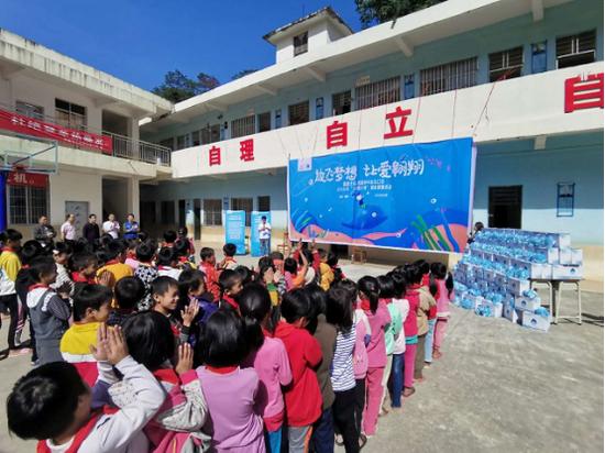 """富德生命人寿梧州中支举办""""小海豚计划""""爱心助学活动"""