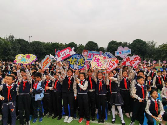 同学们为台上选手的加油鼓劲。