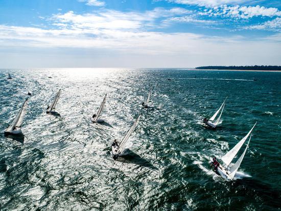"""2020""""一带一路""""国际帆船赛(中国北海站)激战正酣"""