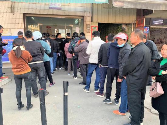 横县居民在横州镇附城派出所外等候办理户口分户业务