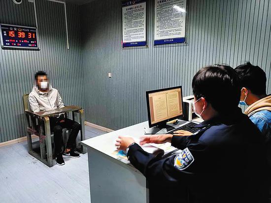 钟某送在审问室接受调查本报记者潘国武摄