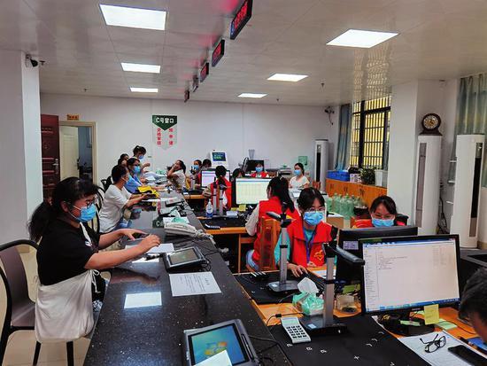 宾阳县生源地信用助学贷款中心工作人员为学生办理贷款(宾阳县学生资助中心供图)