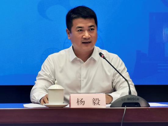 鹿寨县人民政府县长杨毅在新闻发布会上回答提问