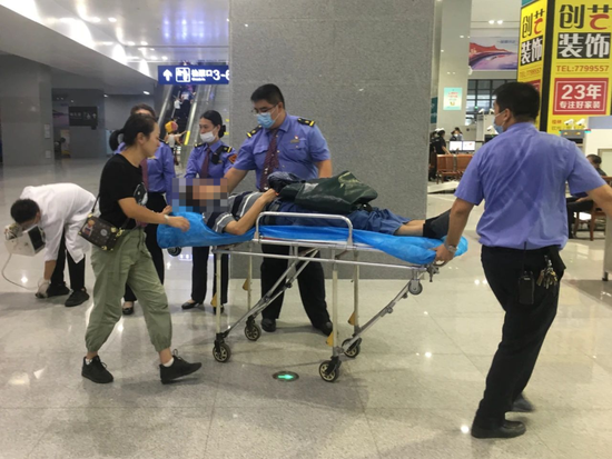 惊险!桂林站中年男子乘车时突然晕倒 众人接力救援