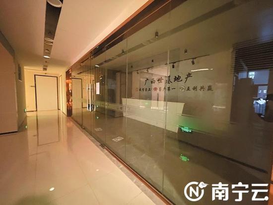 广西世基商业管理公司被超百名租客投诉,其办公地已是大门紧闭,人去楼空