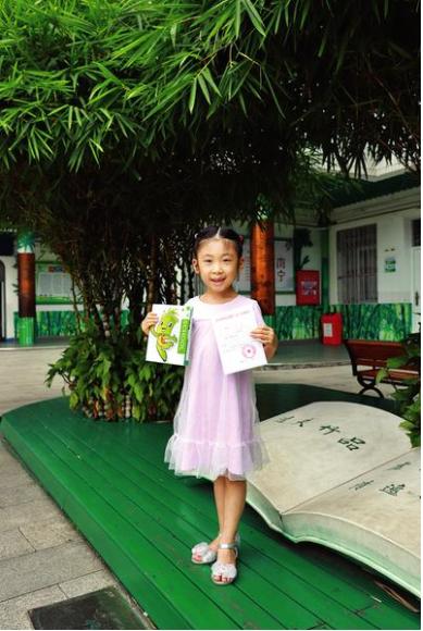 """南宁市逸夫小学的录取通知书介绍了""""书香竹韵""""校园文化。(学校供图)"""